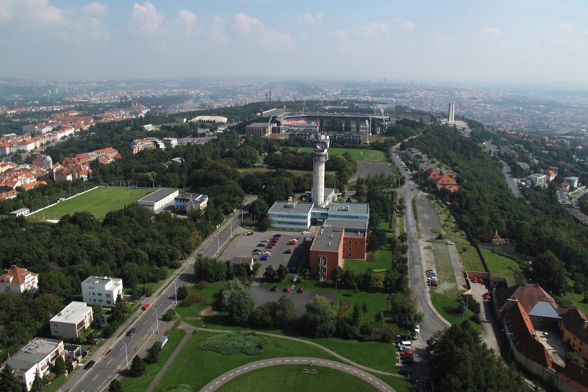 Letecký pohled na věž u Ladronky, odkud se vysílá mimo jiné i digitální rozhlas. Foto: České Radiokomunikace