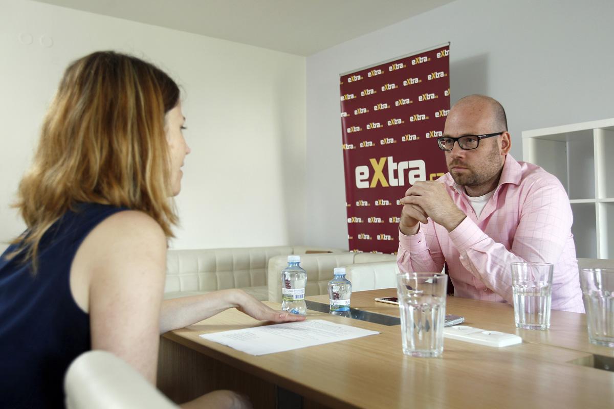 Ředitel a spolumajitel Extra Online Media Tomáš Kačena při rozhovoru s redaktorkou Médiáře Lucií Vaníčkovou. Foto: Jiří Koťátko
