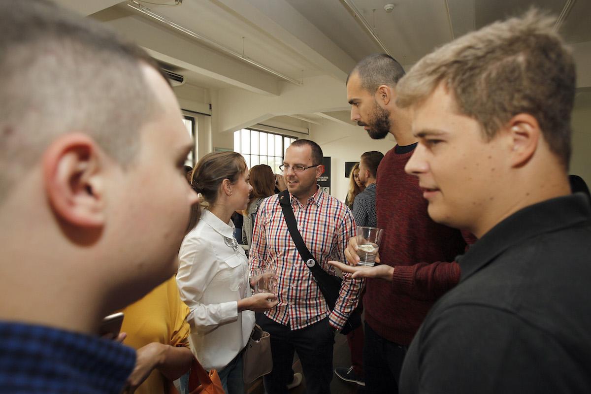 Debata ve foyer. Foto: Jiří Koťátko