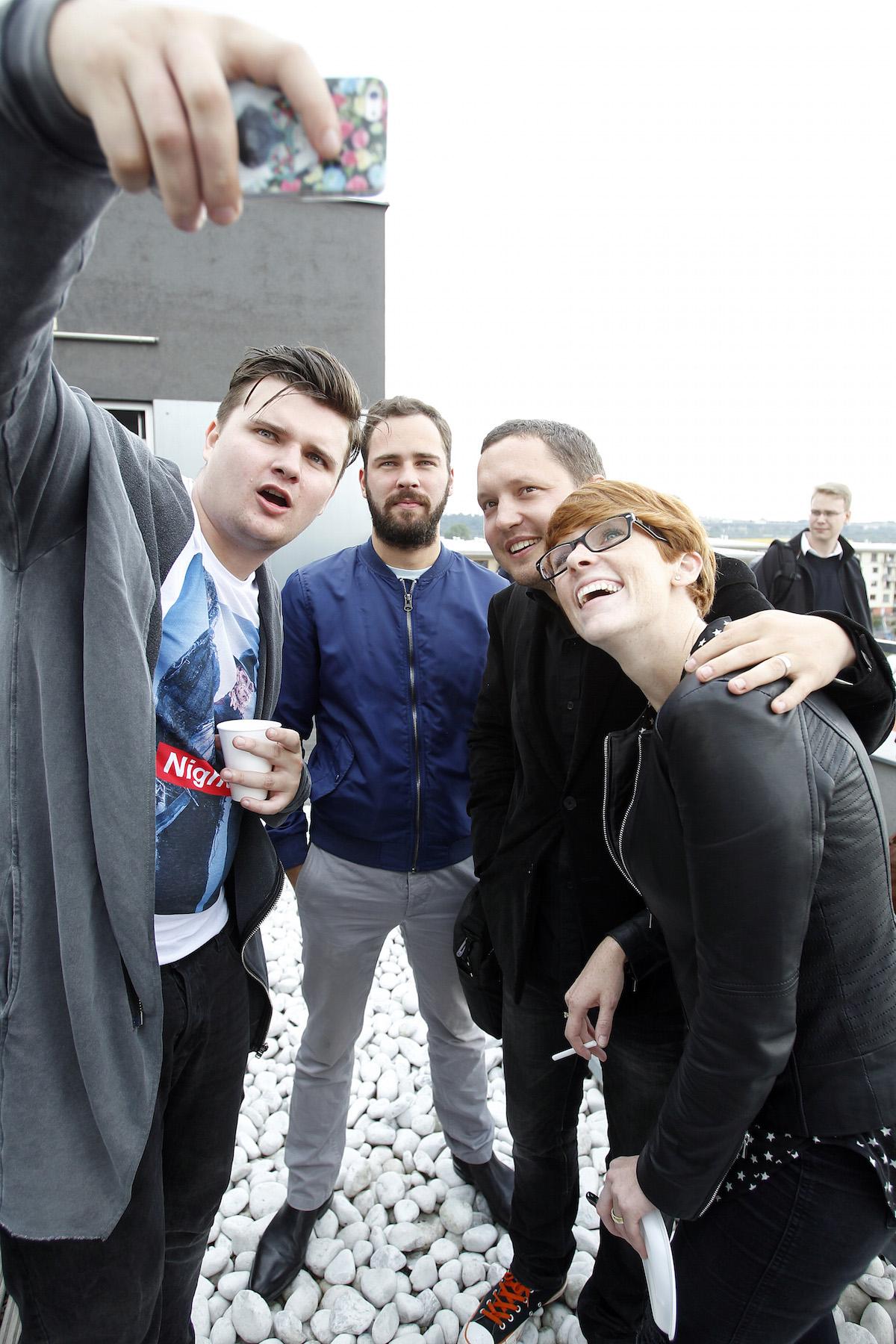 Střešní selfie Michaela Skřivana: vedle Miloš Štěpař a Josef a Eva Koukolíčkovi. Foto: Jiří Koťátko