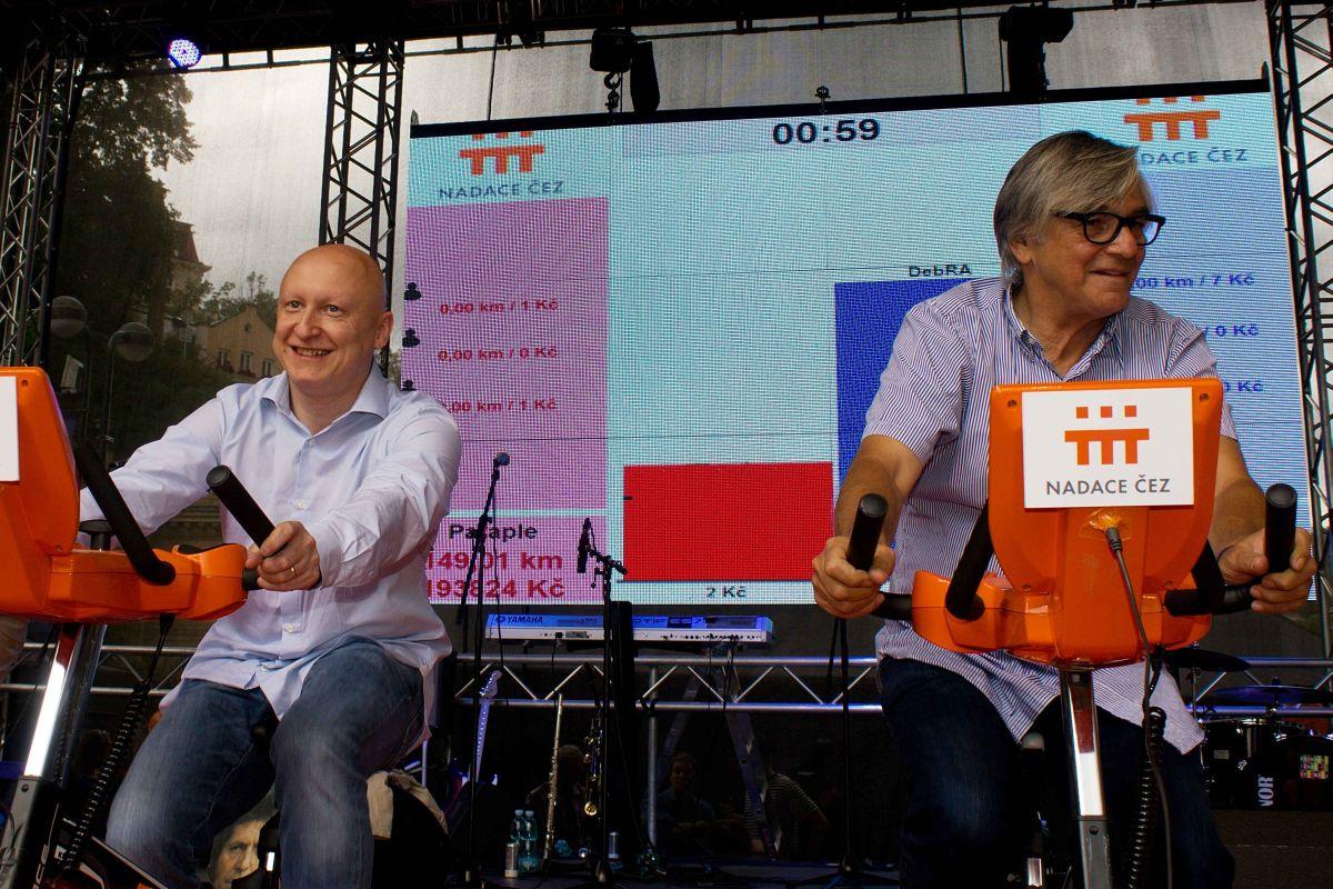 Generální ředitel ČEZ Daniel Beneš a prezident karlovarského festivalu Jiří Bartoška demonstrují naživo, jak funguje projekt Pomáhej pohybem
