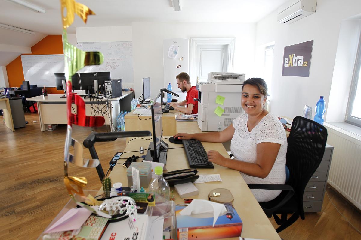 V popředí zástupkyně šéfredaktora Extra.cz Leila Tuček Chadalíková, za ní nový šéf Josef Šťastna. Foto Jiří Koťátko