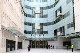 BBC propustí tisíc lidí, diváci migrují na web
