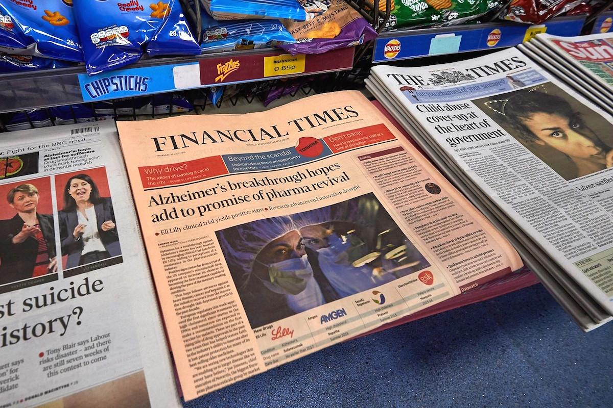 Dnešní vydání Financial Times na britských pultech. Foto: Profimedia.cz