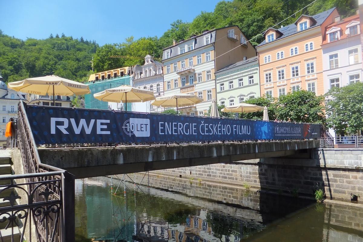RWE se přímo v Karlových Varech připomíná různými reklamními formáty