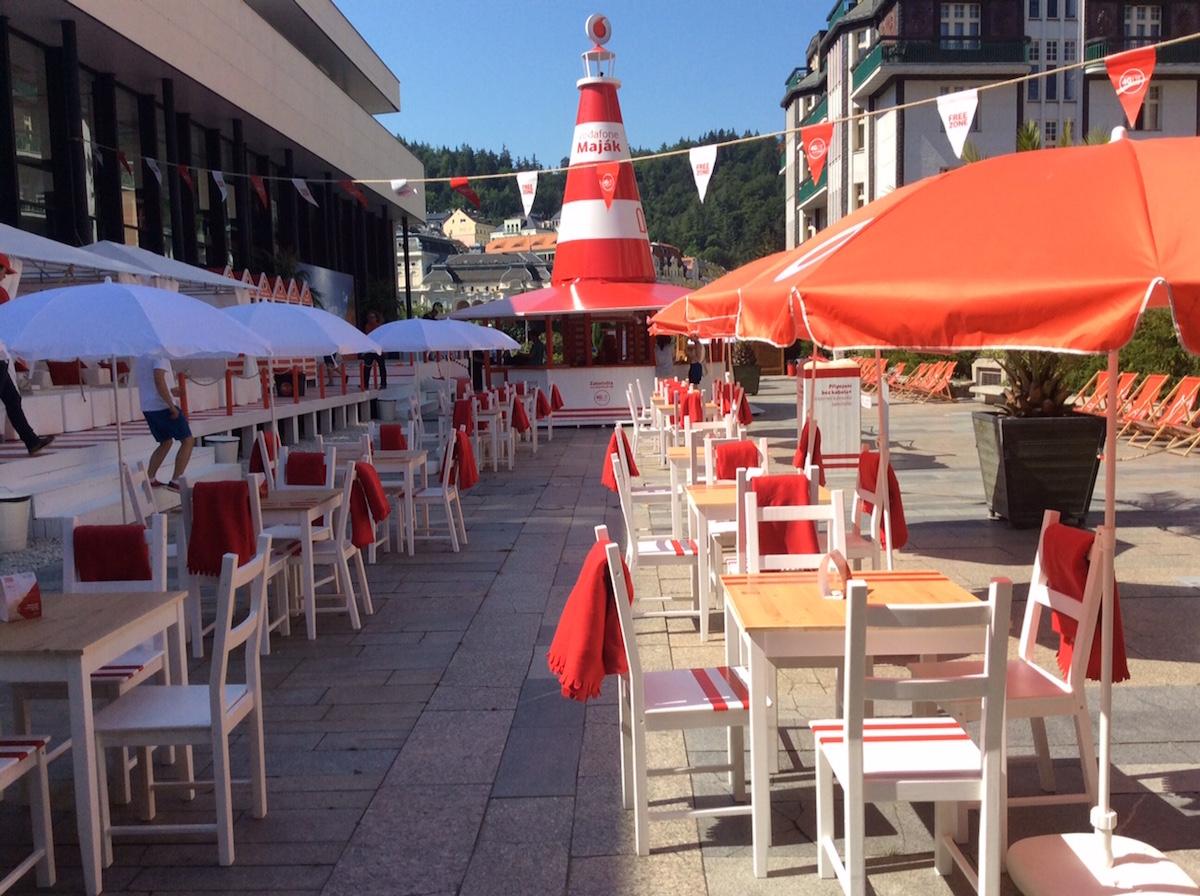 Centrem pláže Vodafonu u Vřídla je letos maják. Foto: Vodafone