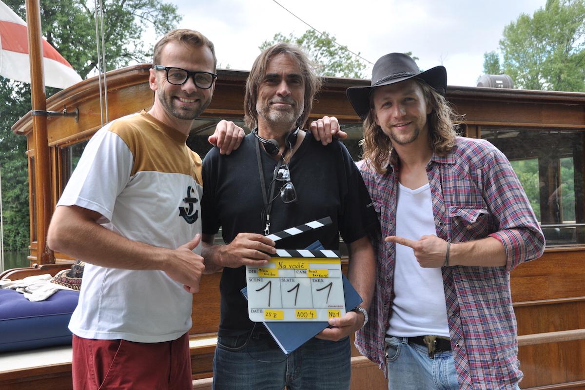 Lukáš Langmajer, režisér Milan Cieslar a Tomáš Klus přip první klapce seriálu Na vodě. Foto: TV Nova