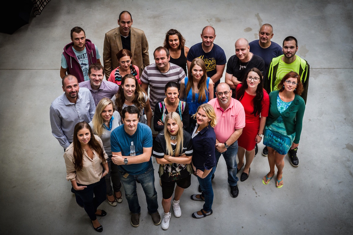 Část týmu Ogilvy & Mather pro klienta Tesco. V popřadí v modrém tričku Tomáš Belko, vzadu v saku Ondřej Obluk. Foto: Ogilvy & Mather