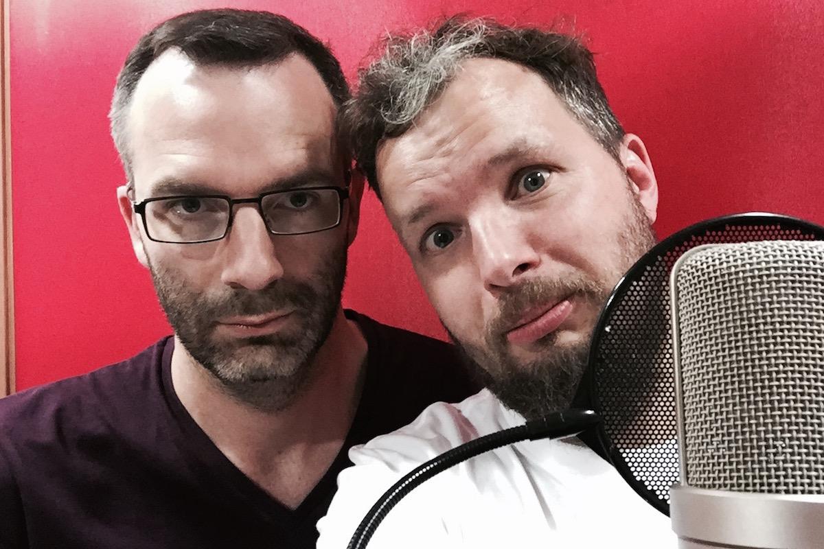 Ondřej Aust (vlevo) a Marek Prchal u mikrofonu (vpravo)
