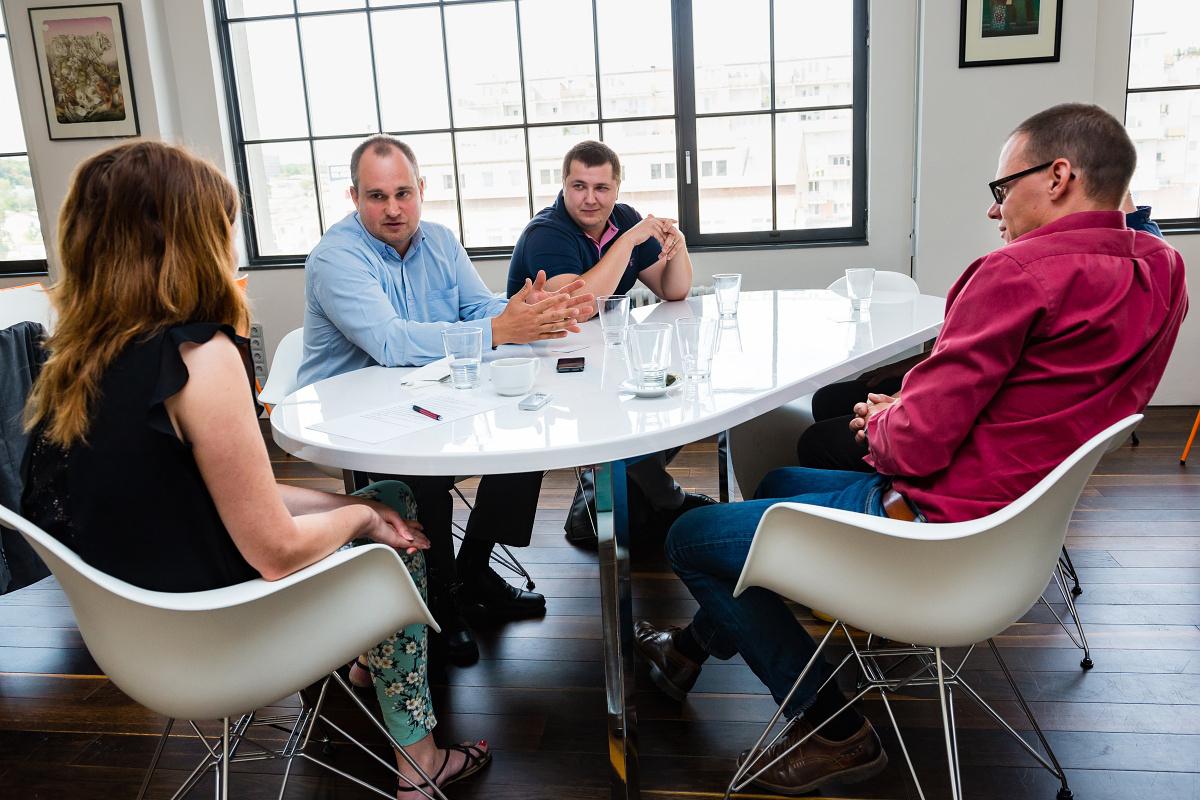 O RTB s redaktorkou Médiáře diskutovali zleva Tomáš Řehák, Tomáš Žlůva a Matěj Novák, mimo záběr Michal Sajko. Foto: Vojta Herout