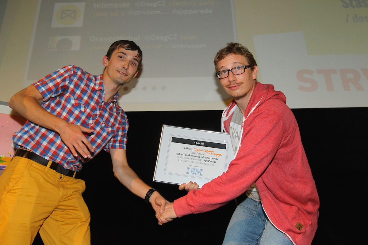 Petr Nálevka (vpravo) převzal od Ondřeje Plevky z IBM cenu odborné poroty za Digital Detox Challenge