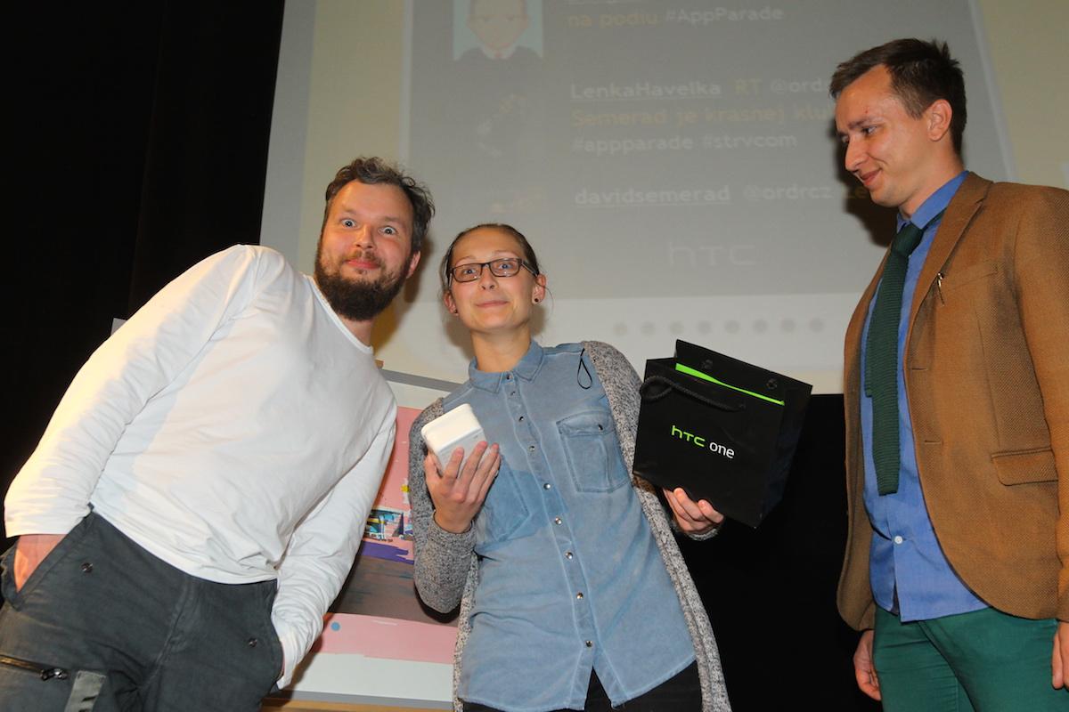 Petru jsme vyvolali, aby si vyzvedla vyhraný HTC Desire 626. Fotku s vítězem si opět udělal diskžokej večera Marek Prchal (vlevo), vpravo přihlíží Jan Frič z agentury Whispr, která zastupuje partnera akce HTC