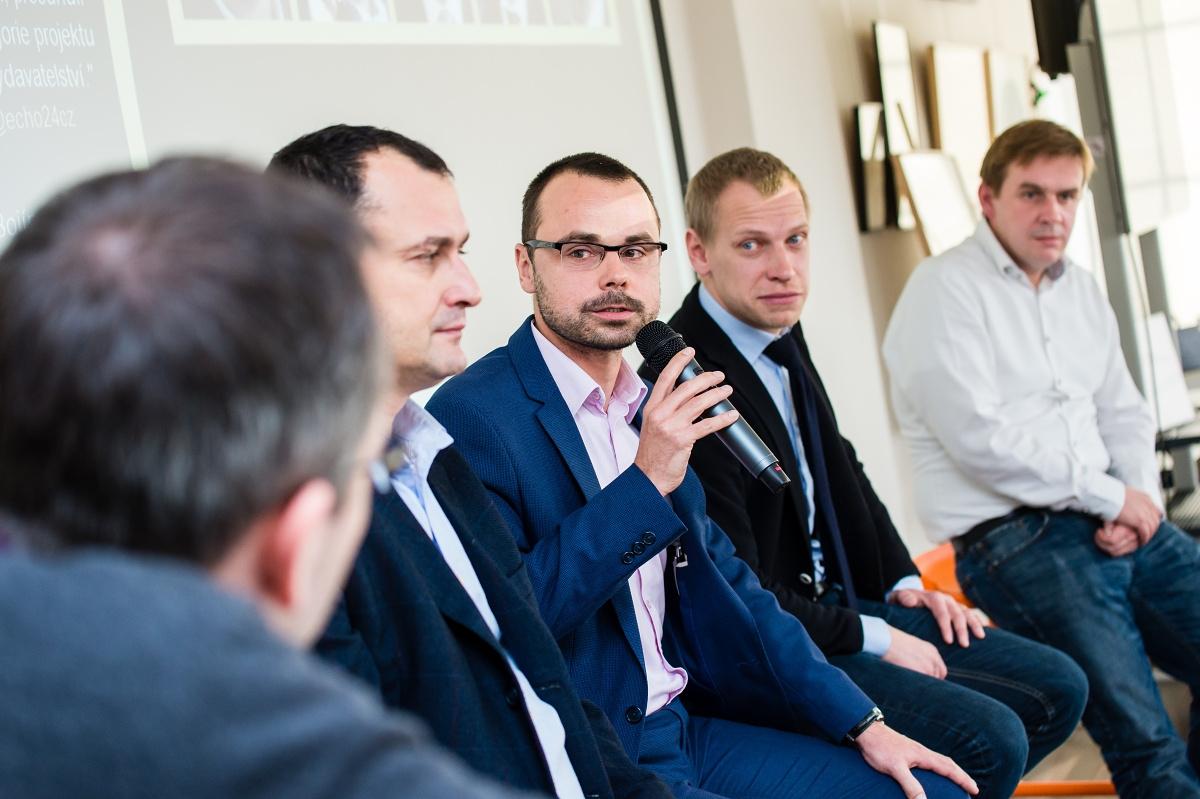 Panelová debata šéfredaktorů. Zleva Dalibor Balšínek (Týdeník Echo, Echo24.cz), hovořící Tomáš Skřivánek (E15, Euro), Jiří Nádoba (Newsweek), Robert Čásenský (Reportér)