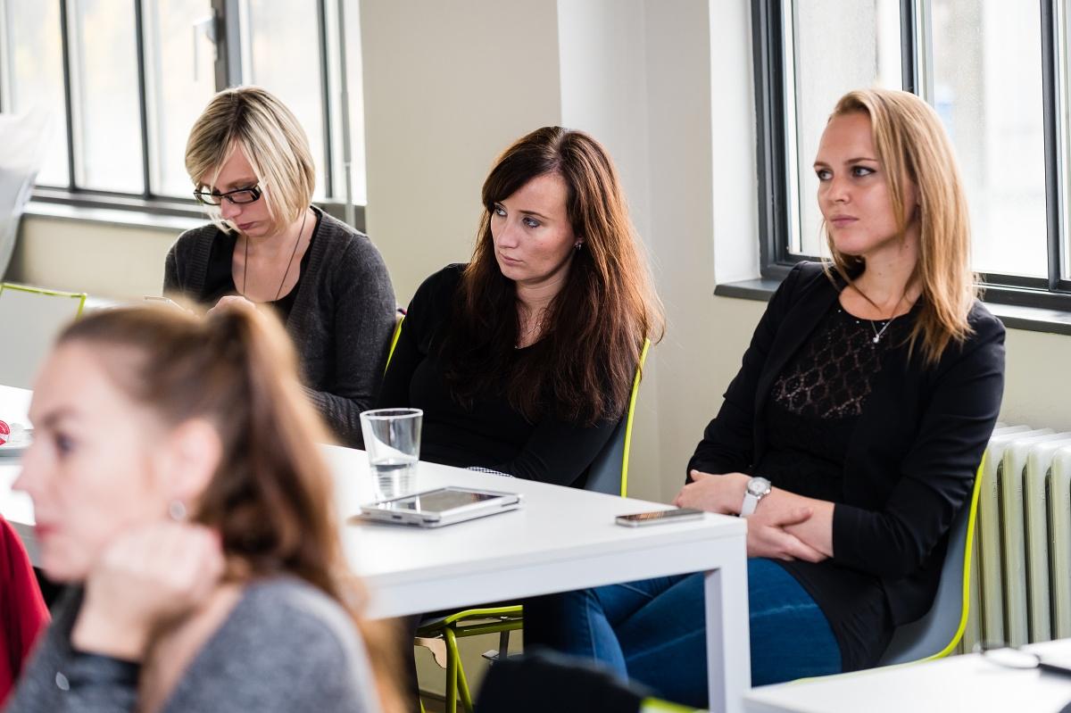 Vlevo ženy z tiskového oddělení O2, vpravo Simona Licehamrová (ex Atmedia)