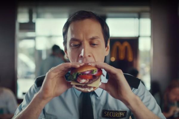 """""""Teatrální dramatizace je prověřená figura."""" Nový burger od Meka vítězí"""