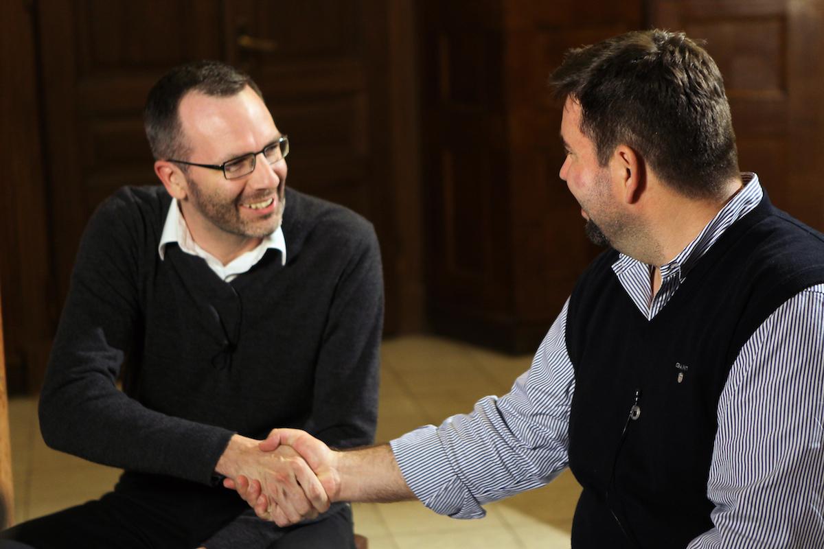 Setkání s Jakubem Petřinou (vpravo) moderoval šéfredaktor Médiáře Ondřej Aust