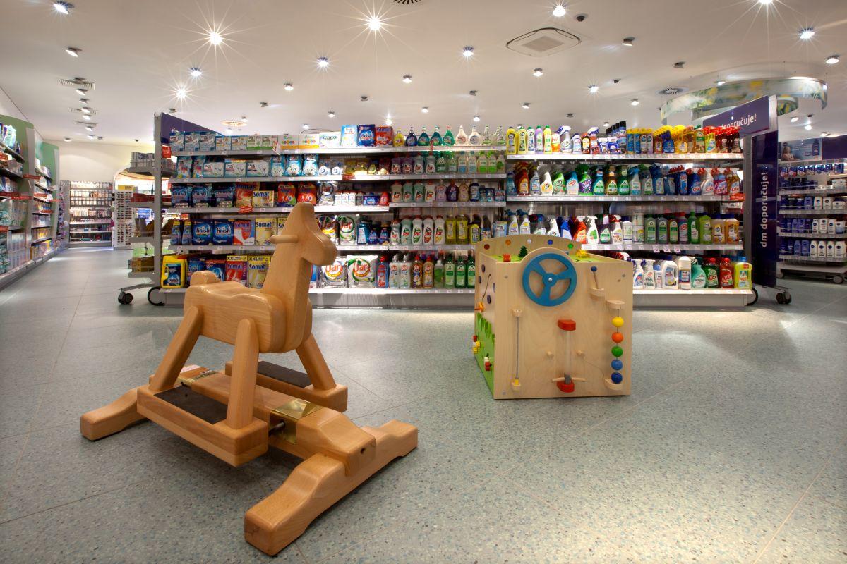 Herní prvky pro děti jako houpací koník a hrací kostka přibyly do prodejen už loni