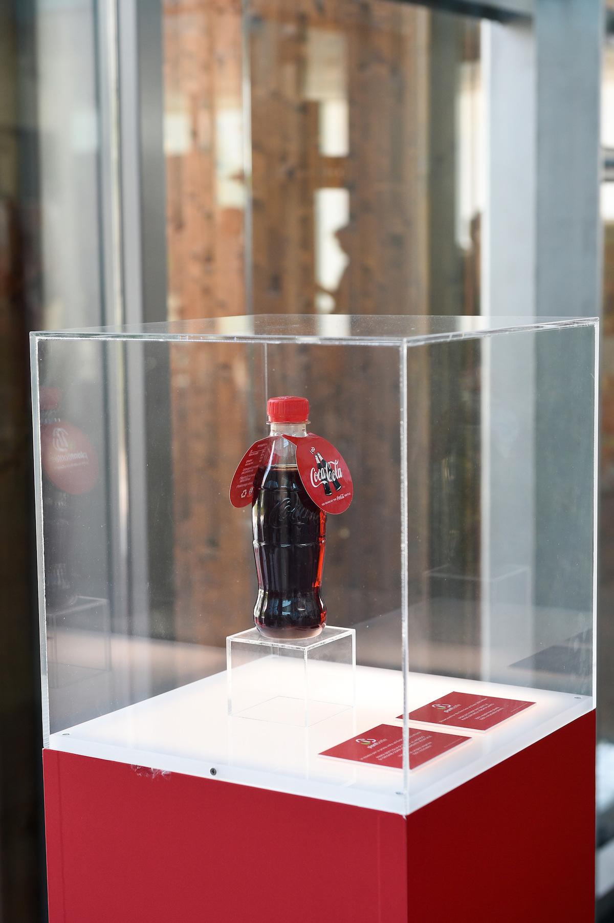Lahev Coca-Coly stoprocentně vyrobená z rostlin
