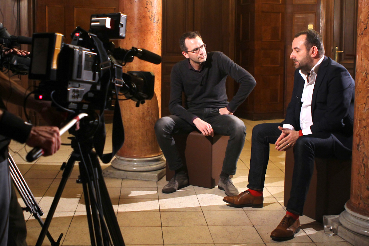 Michal Bařina na Schodišti Konektoru, vlevo moderátor Ondřej Aust