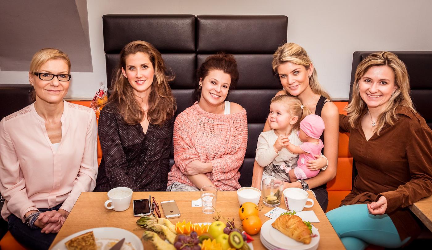 Nad výsledky ankety se setkaly (zleva) Klára Kotábová (Česká máma), Jana Bernšková, Alžběta Stanková, Iveta Lutovská - Vítová s dcerkou Anetkou, Jitka Skalická (Česká máma)