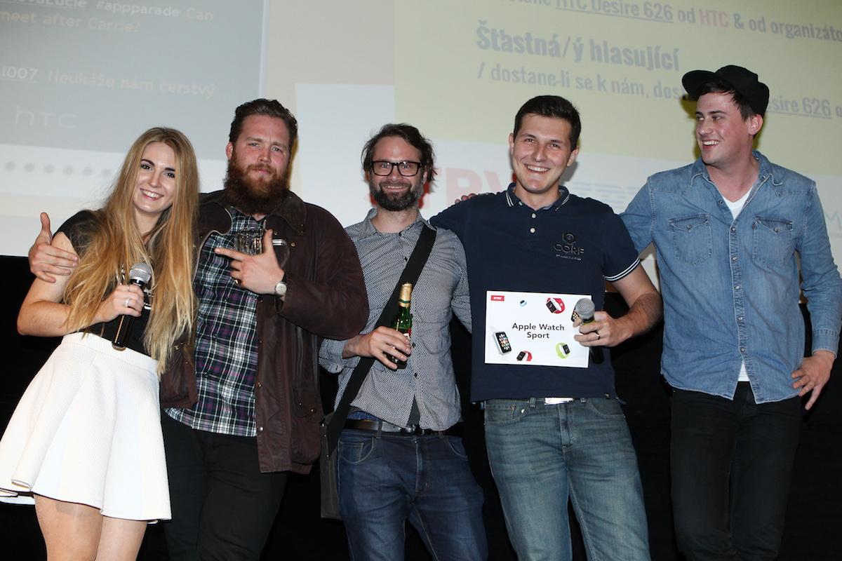 Vlevo Carrie Krabes (vlevo) a Martin Kučera (zcela vpravo) s týmem Brainz. Foto: Tomáš Pánek