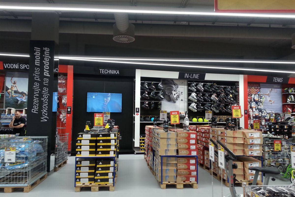 V obchodech se objevily tematické černo-bílé rámy. Osvětlení nově tvoří LED zářivky