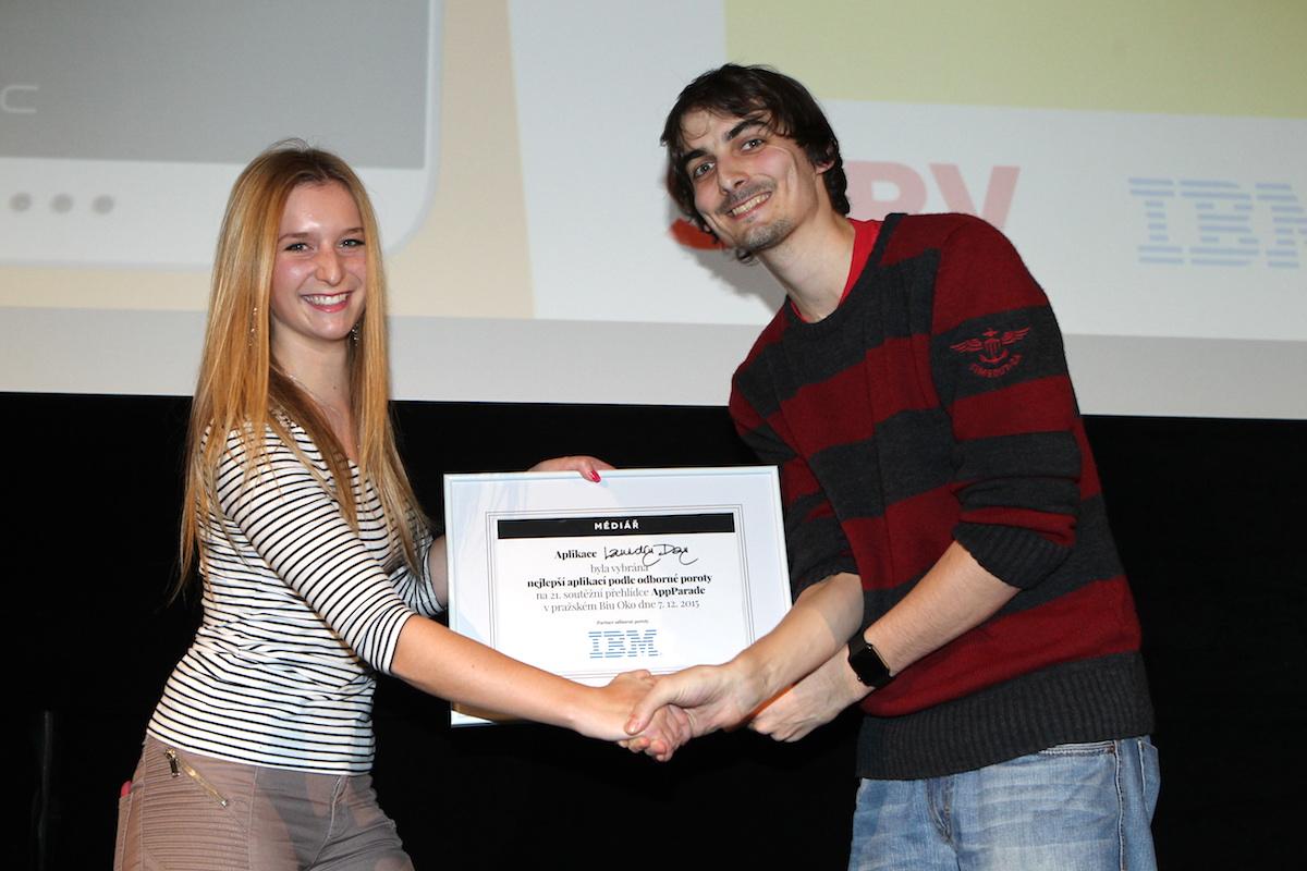 Jan Plešek přebírá ocenění od Adély Mikschikové z IBM. Foto: Tomáš Pánek
