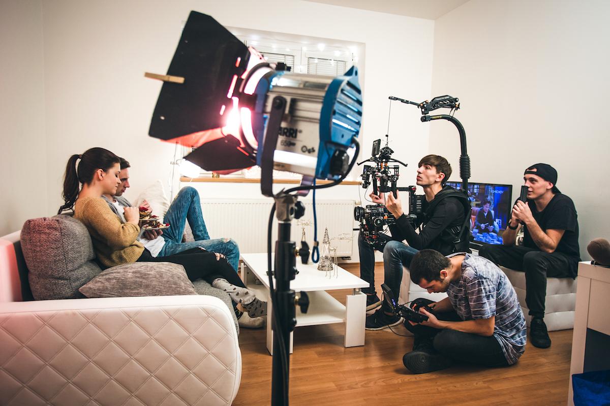 Jonáš Čumrik (Johny Machette) a Tereza Hodanová (Teri Blitzen) při natáčení klipu Vánoční