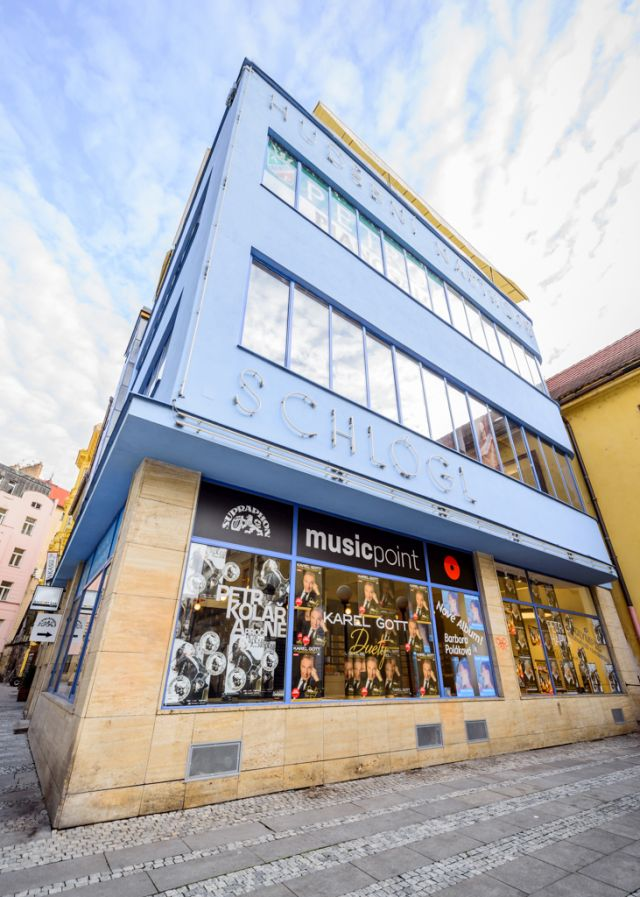Musicpoint se nachází na pražském Jungmannově náměstí 17, v modrém funkcionalistickém domě Schlögl