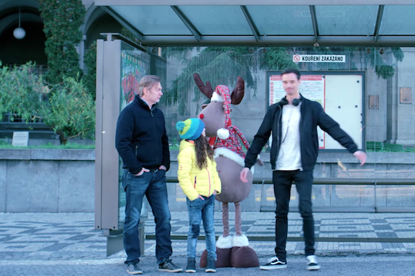 Šéf O2 Tomáš Budník ve videoklipu Vánoční