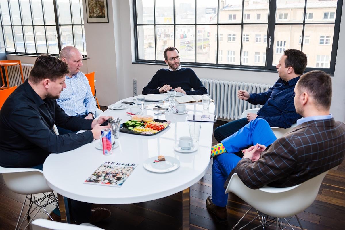 Diskuse u oválného stolu opět proběhla v Global Centru, v sídle Médiáře. Foto: Vojta Herout