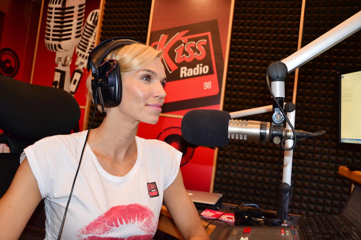 Hana Mašlíková v rozhlasovém studiu