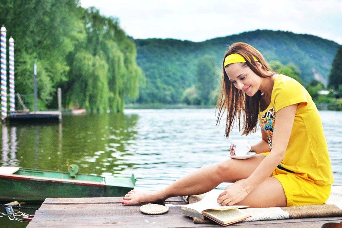 Dívka ve žlutém