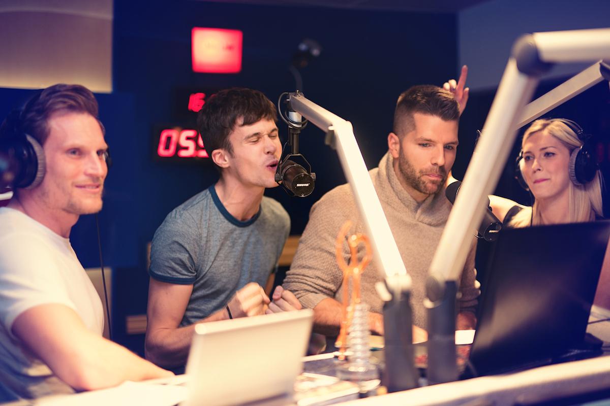 Ceny Evropy 2 se dosud udělovaly v živé rádiové show (vlevo moderátor Tomáš Zástěra)