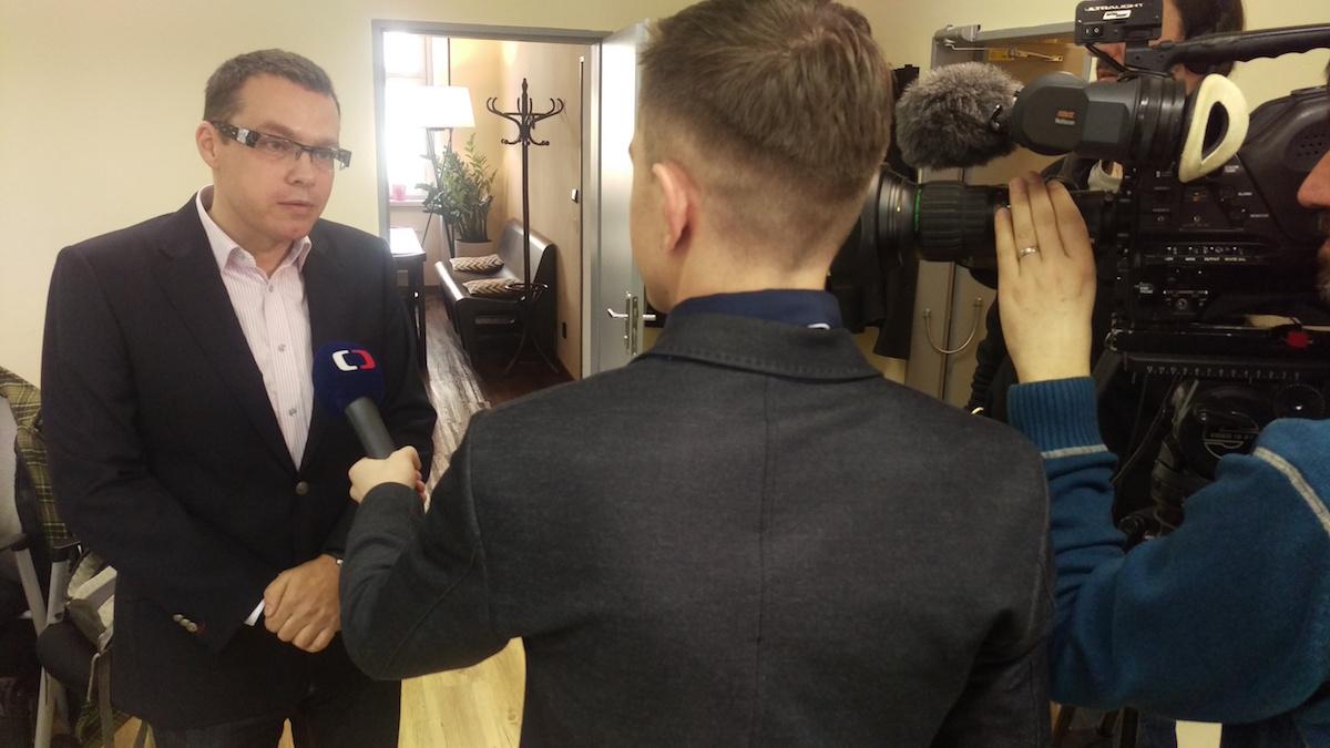 Miloš Růžička poskytuje po tiskové konferenci rozhovor České televizi