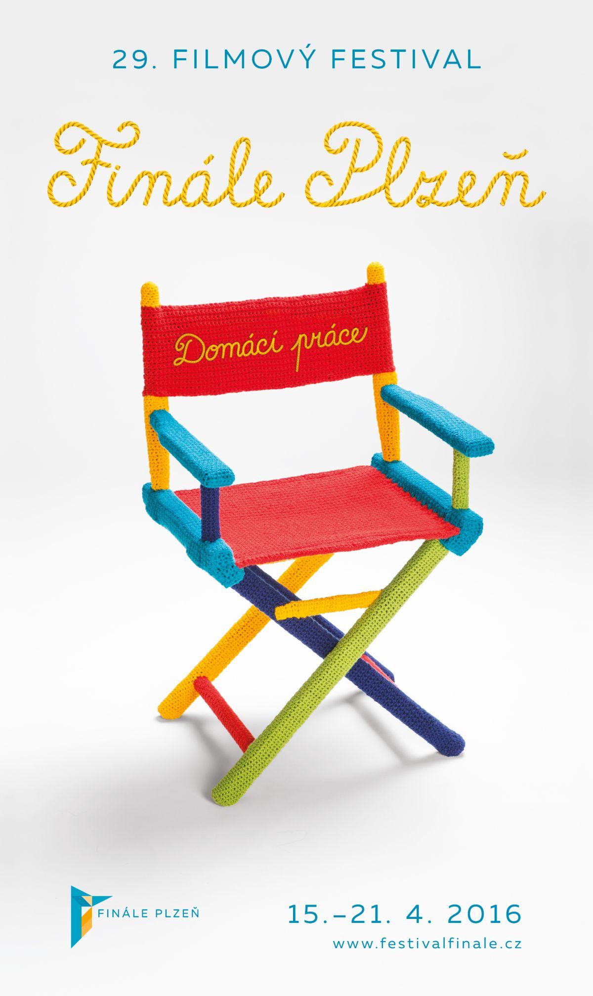 Opletená klapka, kamera a skládací židle poukazují na způsob výroby českých filmů