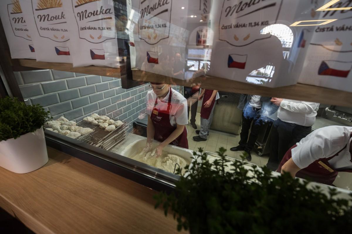 Nově budou moci zákazníci vidět malým oknem přímo do kuchyně