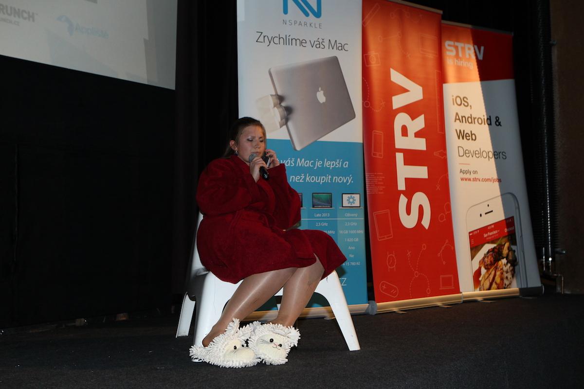 Lucie Klocová ve scénce jak z Televarieté