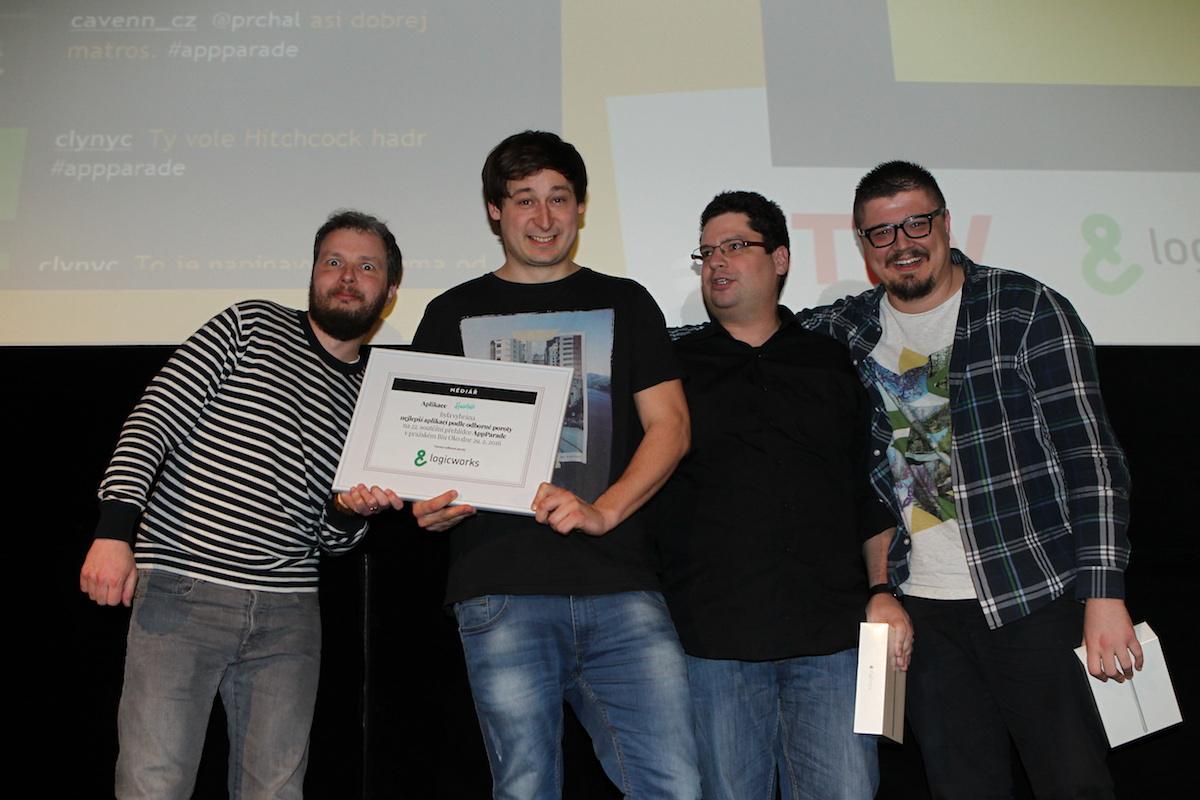 Jan Šromek je vítěz podle odborné poroty, vlevo duo partnera akce Logicworks, kteří Honzovi věnovali iPad Mini 3