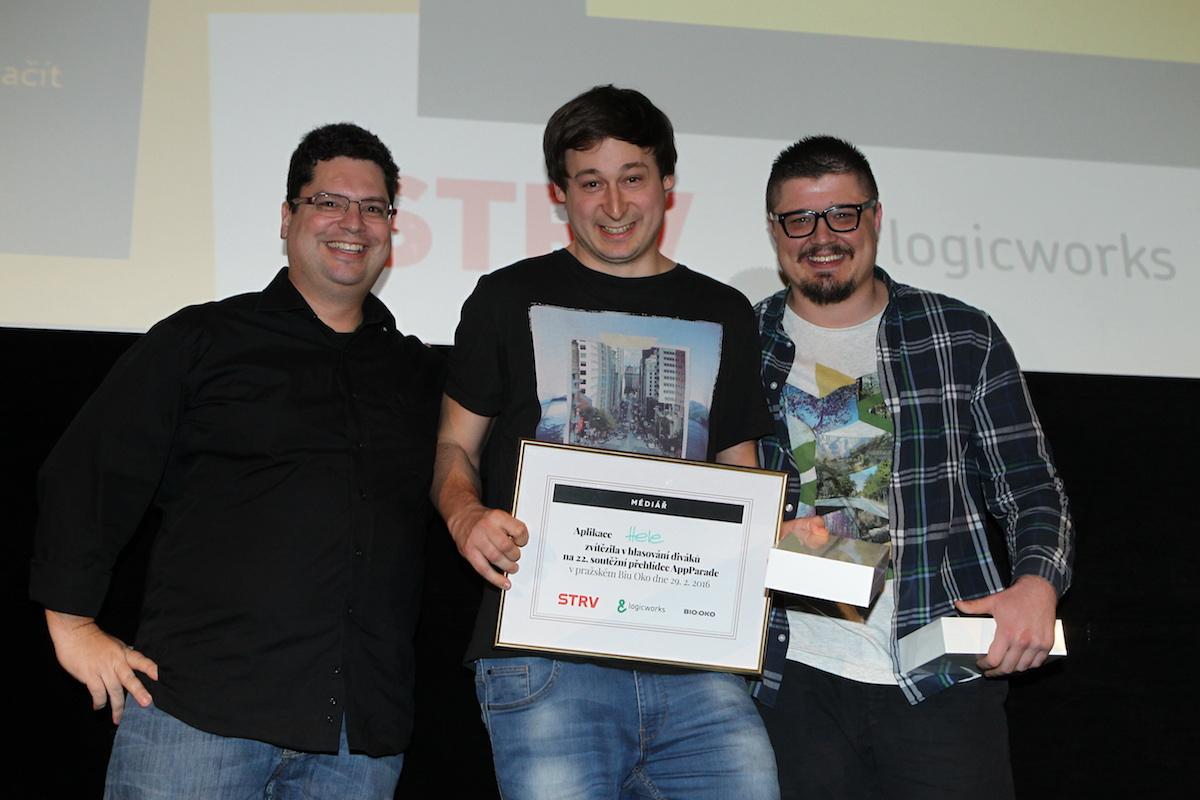 Jan Šromek a Ivan Malík s Janem Tůmou z Logicworks, kteří Honzovi věnovali iPad Mini 3