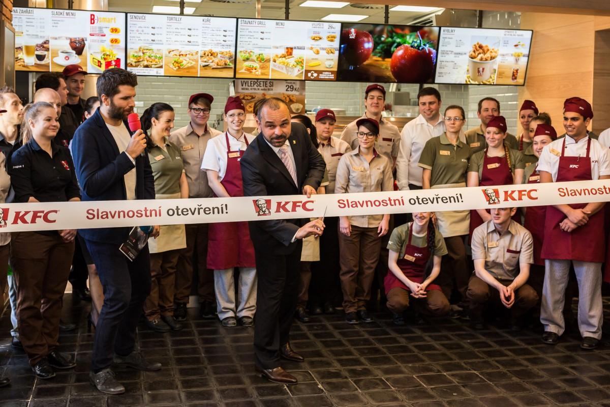 Libor Hubík, market director KFC, přestřihává pásku v nově zrekonstruovaném Kfc