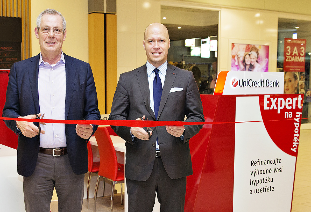První ze dvou kiosků v Letňanech slavnostně otevřel zleva  Giovanni Guidi, ředitel retailového bankovnictví UniCredit Bank a Andre Achtstaetter, ředitel prodejní sítě Praha UniCredit Bank