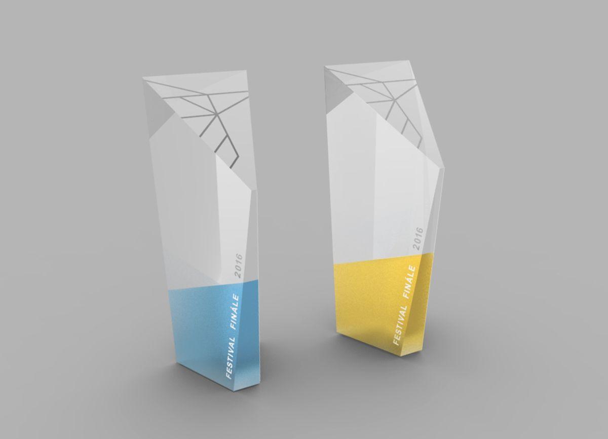 Trofeje jsou skleněné, jejich barvy odpovídají korporátním barvám festivalu