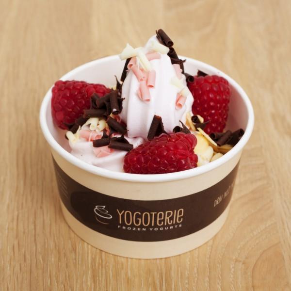 Yogoterie nabízí zmražený jogurt jako zmrzlinu z českého mléka, posyp si může každý zvolit z nabídky sám.
