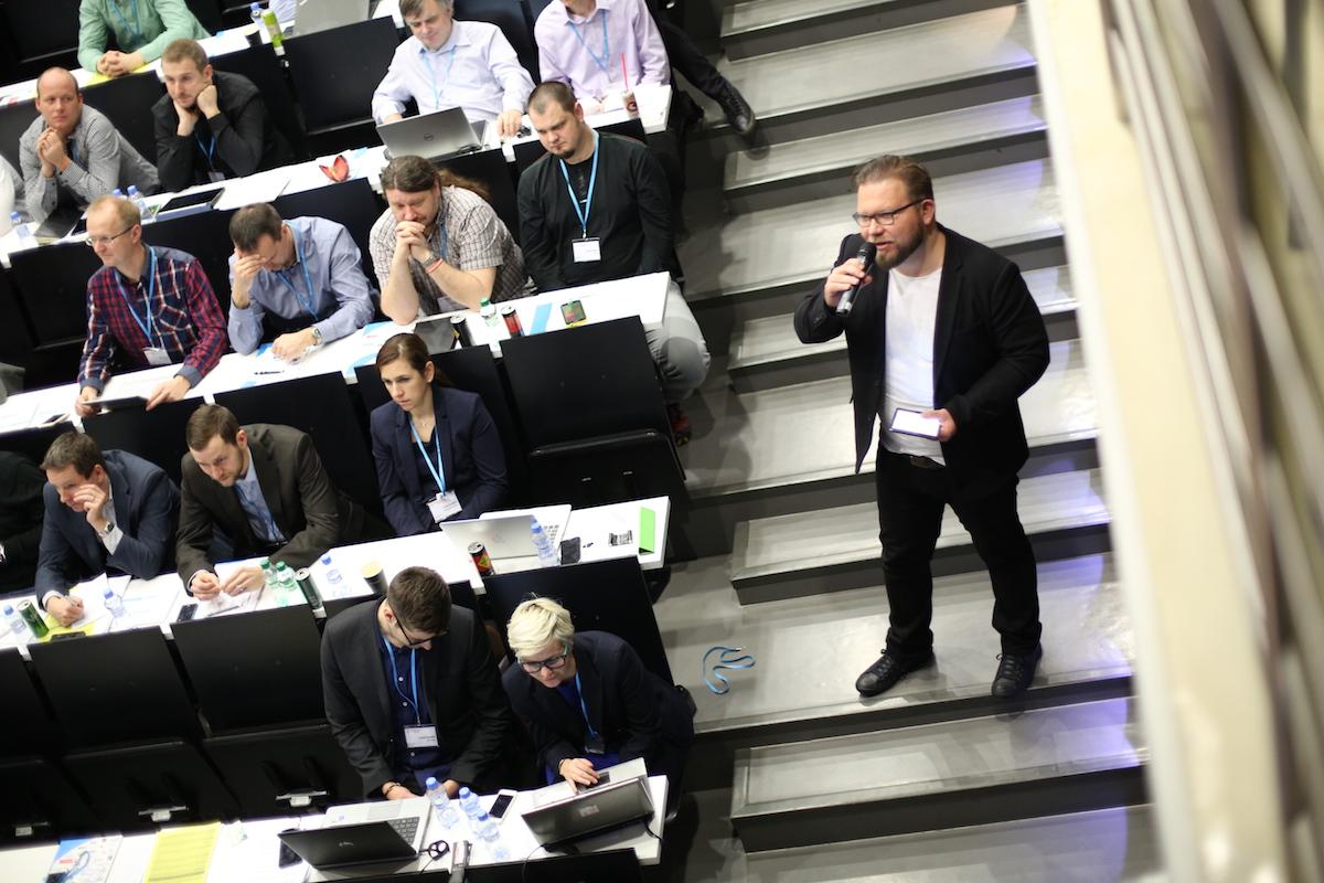 Šéf digitálního výzkumu Nielsen Admosphere Tomáš Pflanzer jako moderátor konference v technické knihovně v pražských Dejvicích. Foto: Jiří Šeda