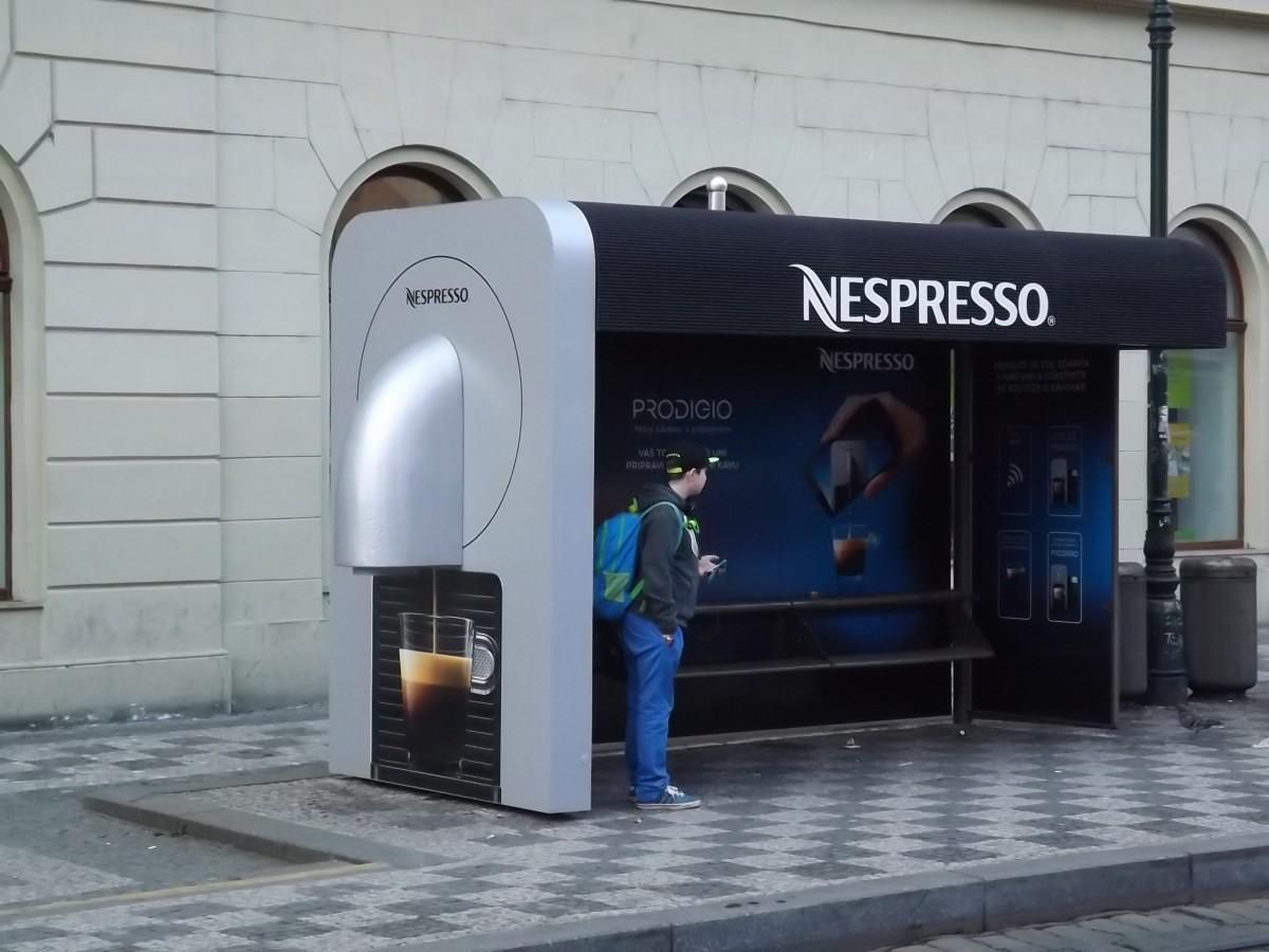 Nespresso instalovalo v rámci nové kampaně na zastávky tramvaje makety kávovaru