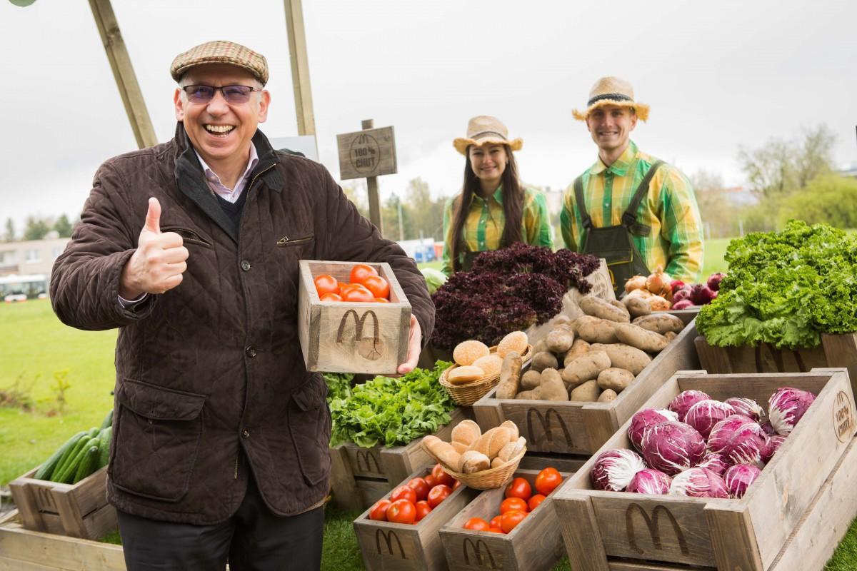 """Farmářské tržiště s """"opravdovými"""" surovinami od dodavatelů. Na snímku Vít Grec, manažer řízení jakosti a bezpečnosti potravin McDonald's"""