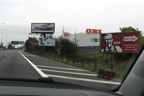 Billboardy u české dálnice. Ilustrační foto: nechceme-billboardy.cz