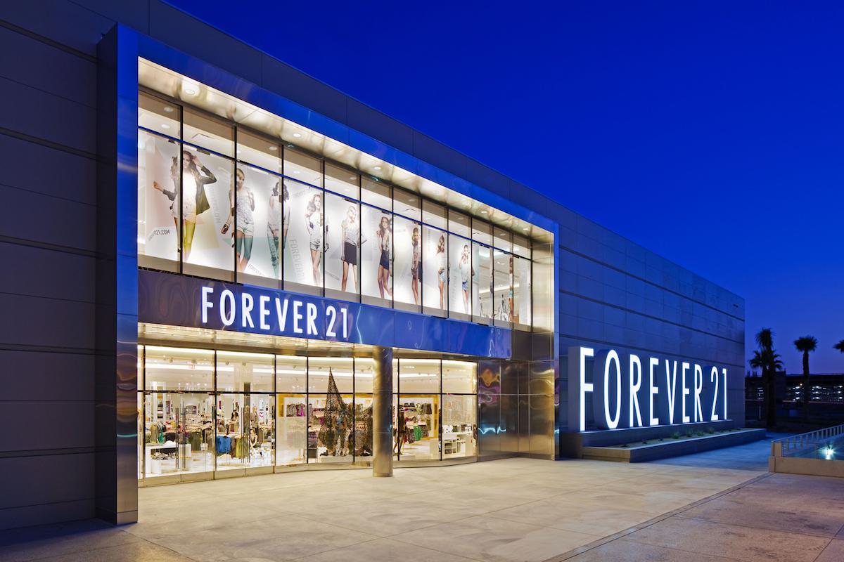 Americký maloobchodní prodejce oblečení a bot Forever 21 funguje třicet let