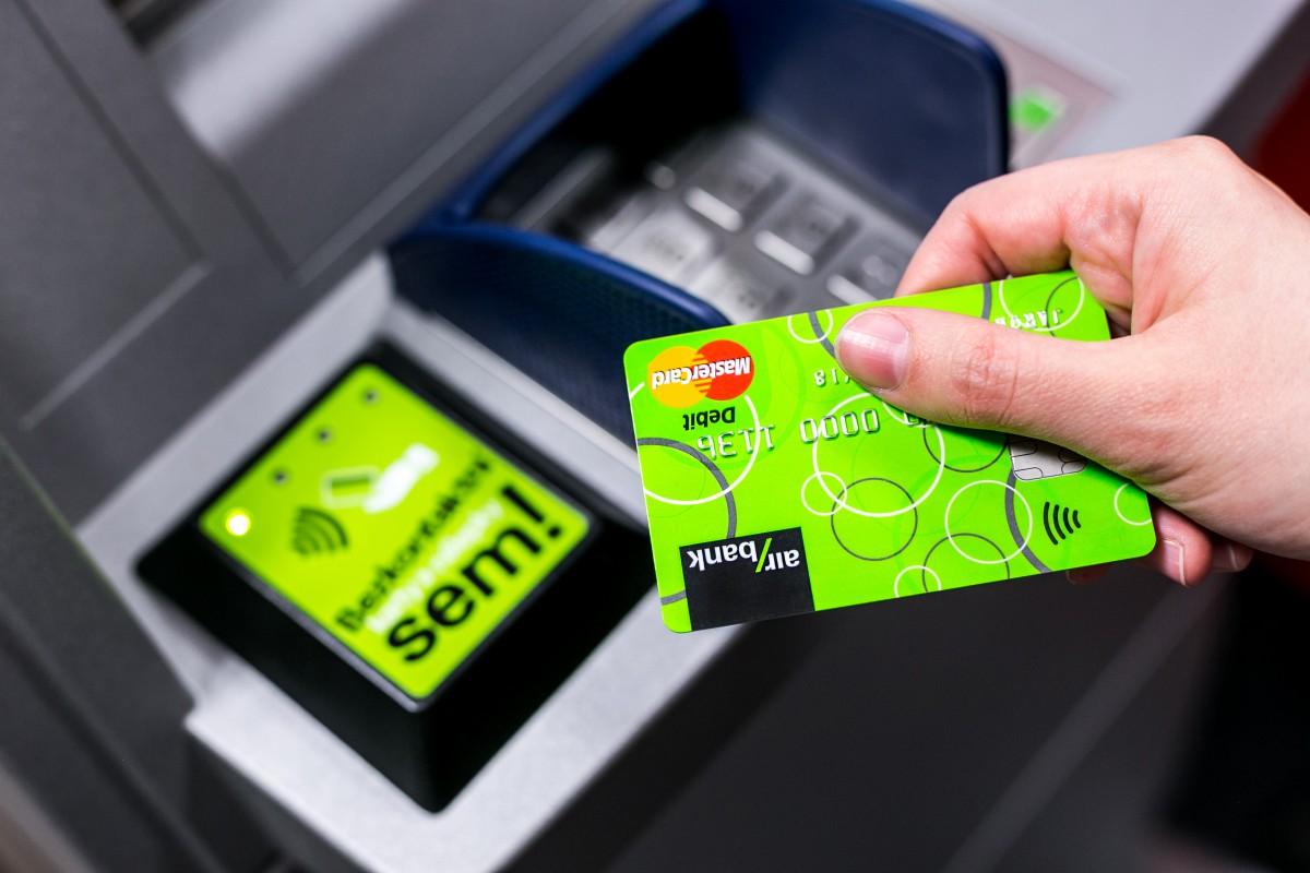 Air bank je vůbec první bankou u nás, která umožní bezkontaktní výběr z bankomatu